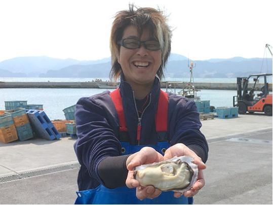【「雪解け牡蠣」と牡蠣漁師の佐々木学さん】